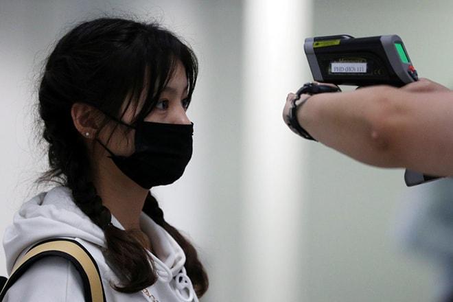 Bác sĩ đo thân nhiệt tại các cửa khẩu - sân bay