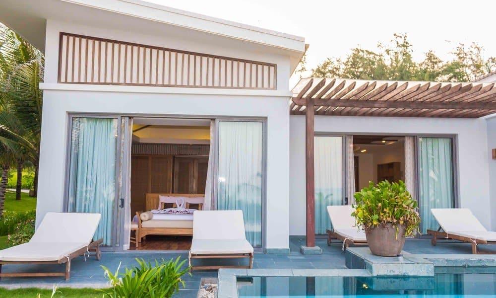 Những hàng ghế thư giãn được chuẩn bị trước hiên nhà để bạn có thể tắm nắng