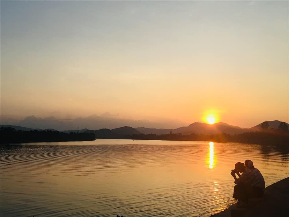 Hoàng hôn trên sông Hương từ chân chùa Thiên Mụ. Hình: Sưu tầm