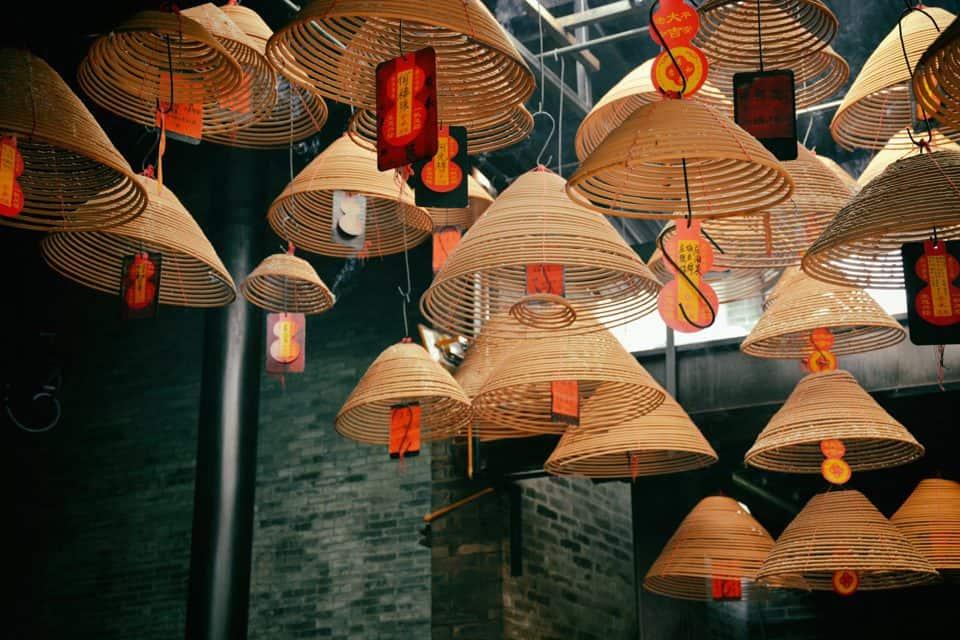 Thắp nhang là một trong những phong tục của người Việt có từ lâu đời