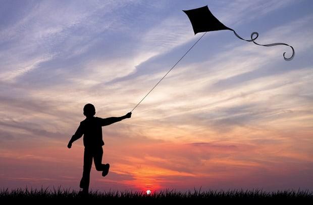 Con diều trên bầu trời cao nhuốm màu hoàng hôn - Ký ức đẹp đẽ của những ngày thơ bé