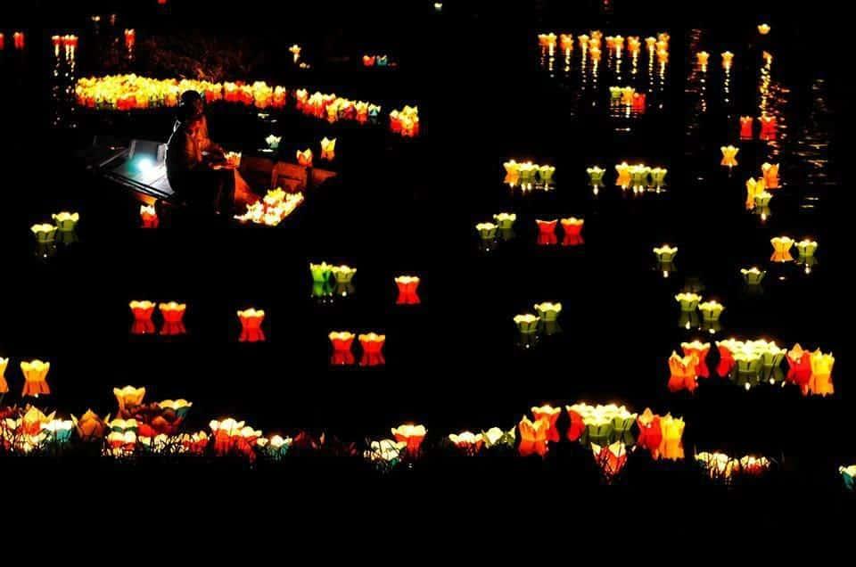 Thả đèn hoa đăng nét đặc trưng của phố cổ Hội An mà du khách nên trải nghiệm khi đến đây