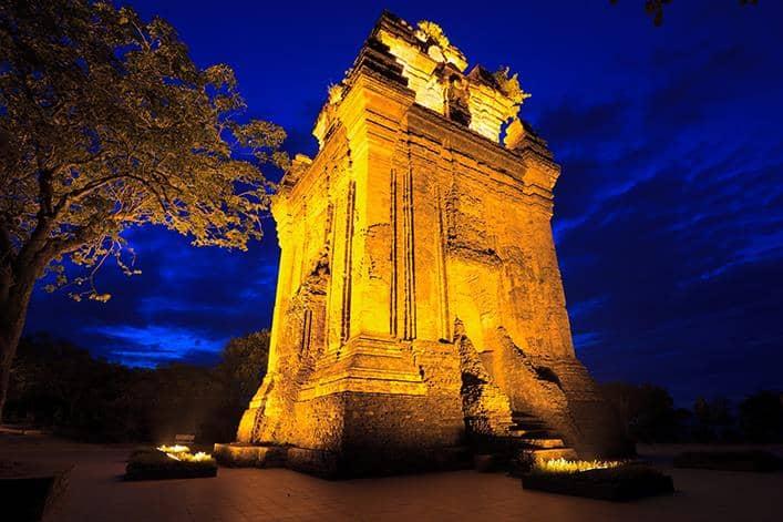 Tháp Nhạn toả sáng huyền ảo vào ban đêm