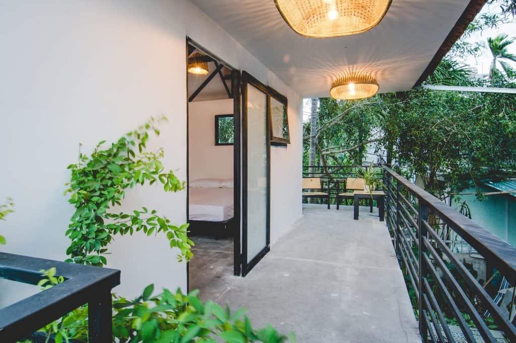 Mở cửa phòng và một không gian trải đầy cây xanh đang chờ đón bạn