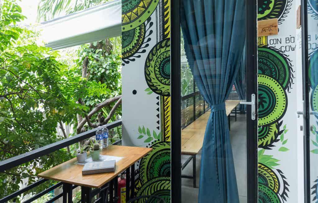 Mặt tiền các phòng ở tầng 2 sử dụng vách kính để tối ưu ánh sáng tự nhiên và kết nối mở với thiên nhiên