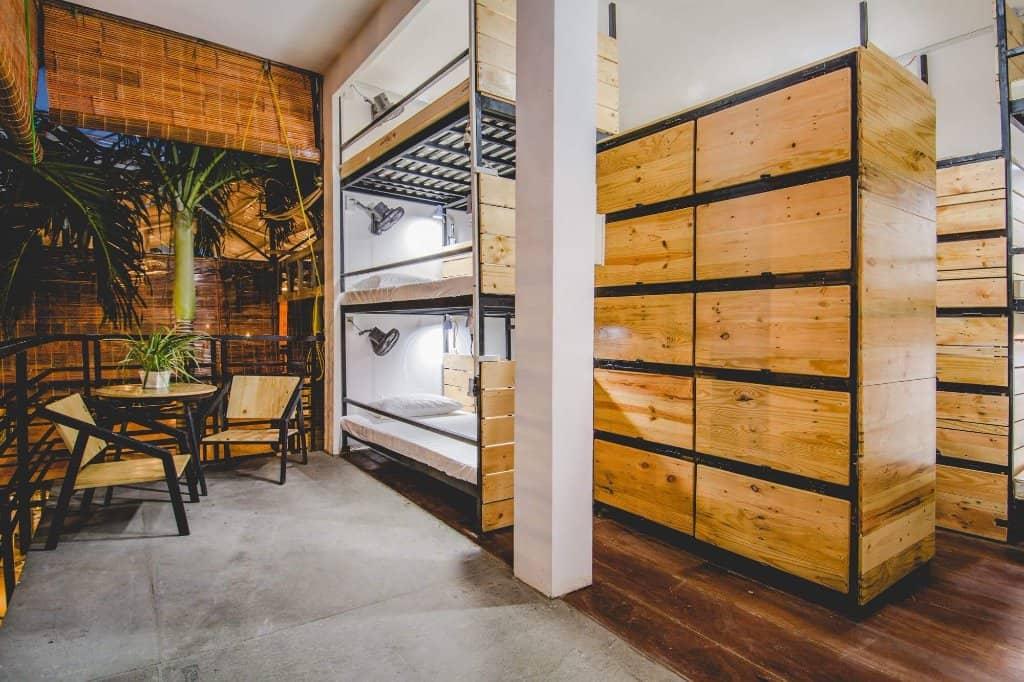Phòng tập thể, chủ nhà đã tận dụng gỗ tái chế để thiết kế các mẫu giường tầng