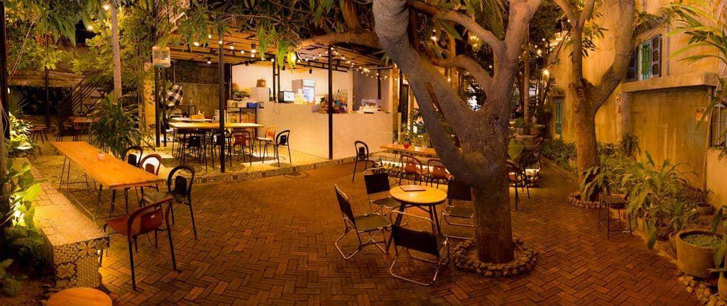 Quán cafe nằm bình yên và lãng mạn khoảng sân, dưới các tán cây