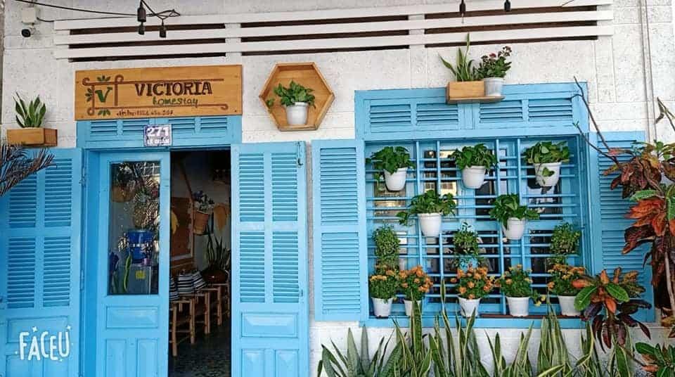 Mặt tiền Victoria Homestay gây ấn tượng với màu xanh dương dịu dàng và những chậu hoa ngập tràn màu sắc