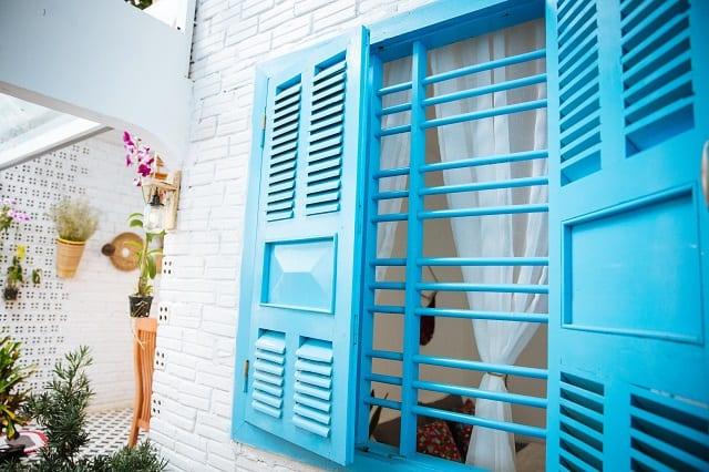 Những ô cửa với màu xanh dương thanh thoát là đặc trưng ở homestay này