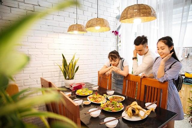 Tự tay chế biến bữa ăn và cùng thưởng thức với gia đình, bạn bè ngay tại căn bếp của homestay