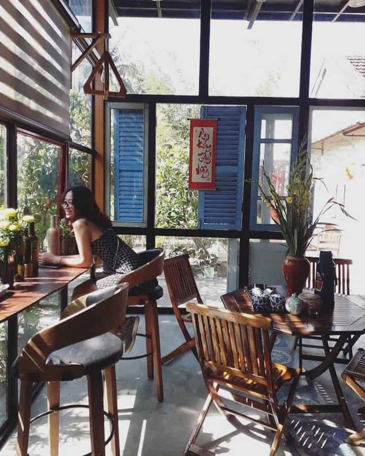 """Quán cafe được trang trí đẹp mắt luôn ngập tràn sắc xanh và """"tắm nắng"""" suốt cả ngày"""