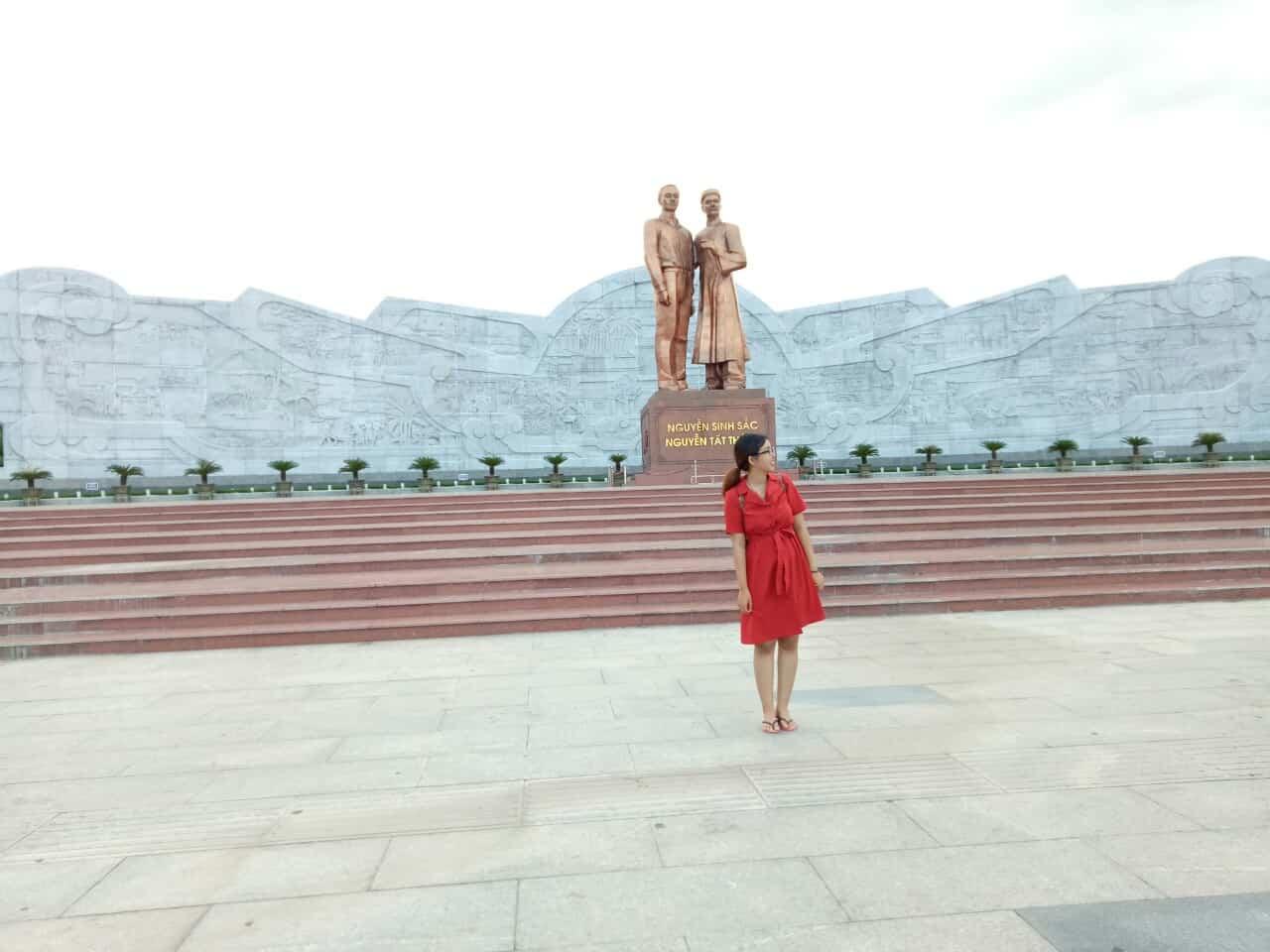 Tượng đài Nguyễn Sinh Sắc - Nguyễn Tất Thành ngay trung tâm thành phố