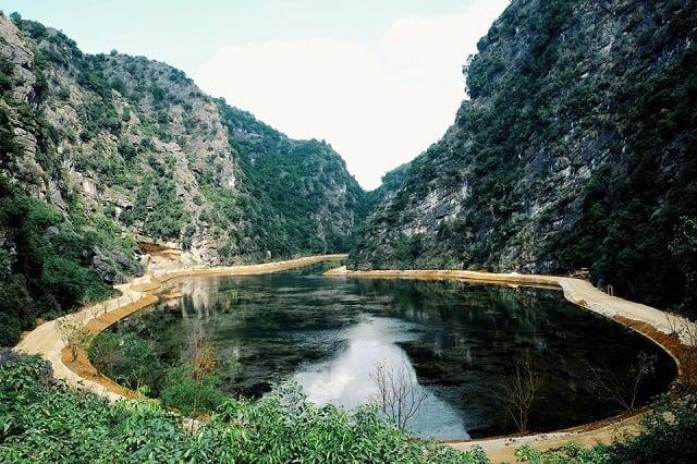 Tuyêt Tình Cốc Ninh Bình nằm ở thị xã Trường Yên, huyện Hoa Lư Ninh Bình