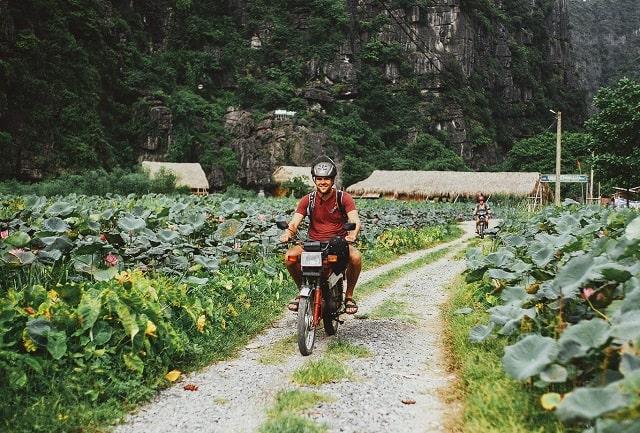 Du lịch Tuyệt Tình Cốc Ninh Bình bằng xe máy giúp bạn thuận tiện di chuyển tới các điểm du lịch gần đó