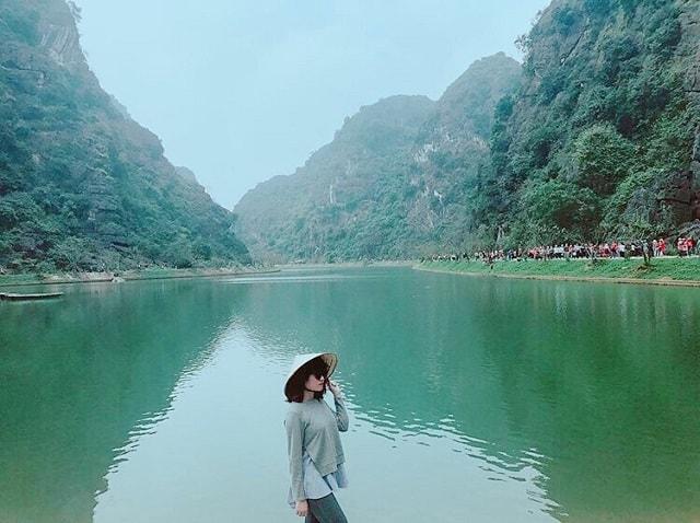 Hồ nước xanh ngọc bích ở Tuyệt Tình Cốc