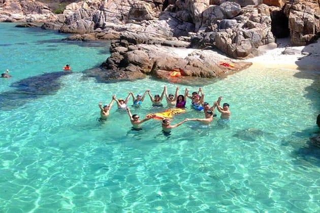 Làn nước trong xanh là nơi du khách thoả thích vui đùa