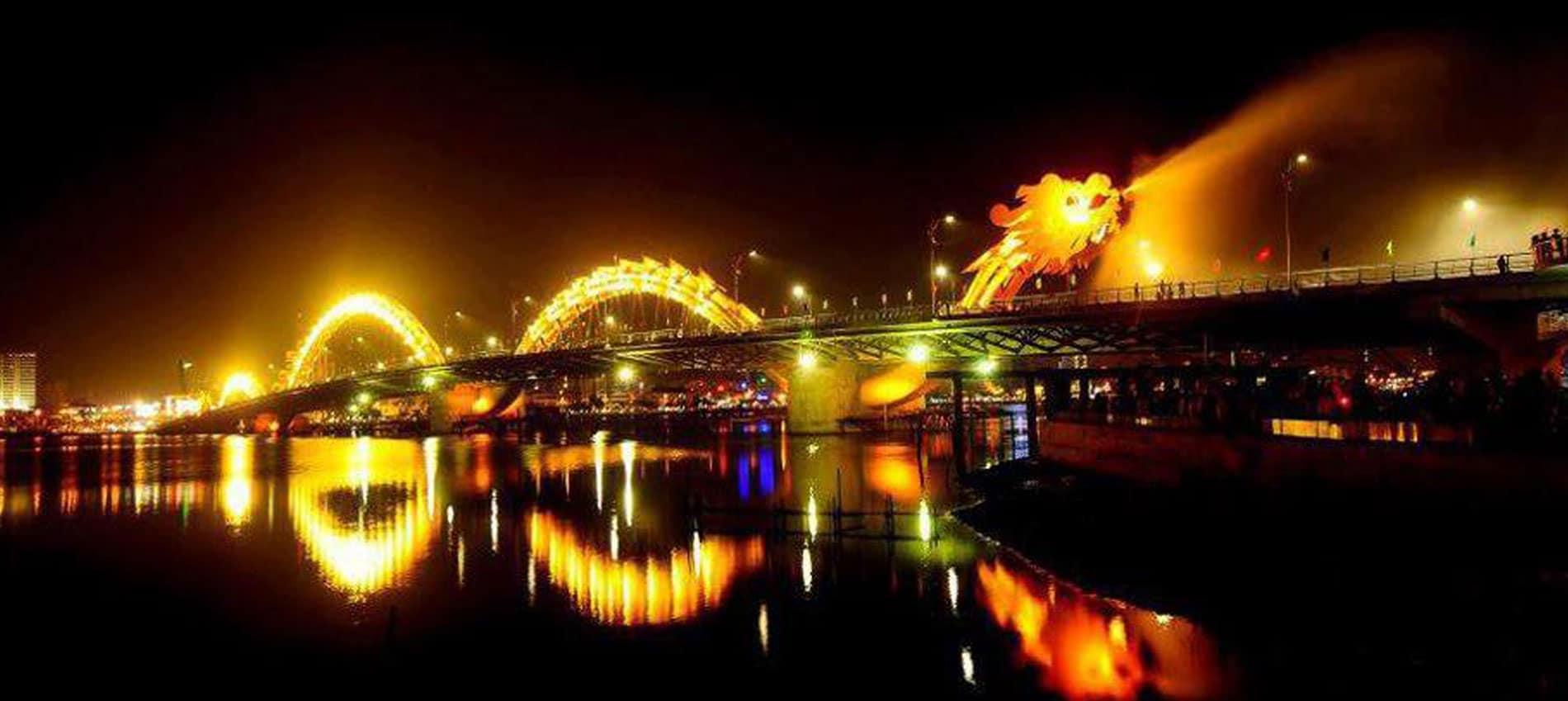 Thích thú ngắm cảnh đêm xem cầu Rồng phun lửa phun nước