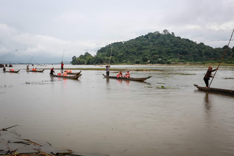 Xuôi theo dòng nước trên những chiếc thuyền mộc độc đáo chiêm ngưỡng cảnh đẹp