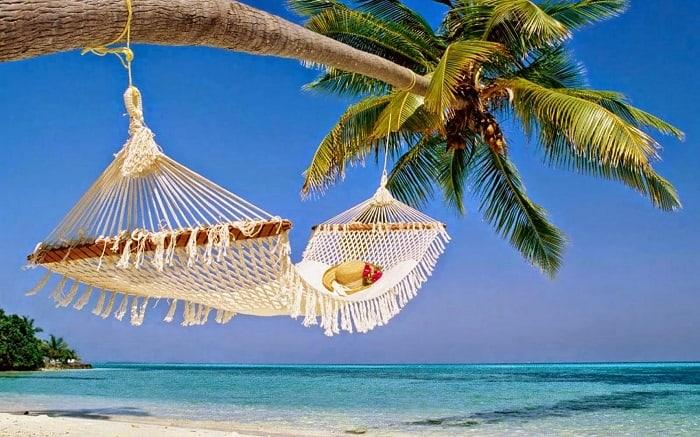 Du lịch biển mùa hè với biển xanh cát vàng vẫy gọi