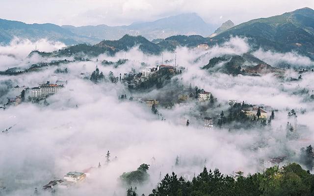 Những ngôi nhà nằm ở lưng đồi cây rừng che phủ bên cạnh đó là những áng mây trôi tạo nên bức tranh tuyệt đẹp