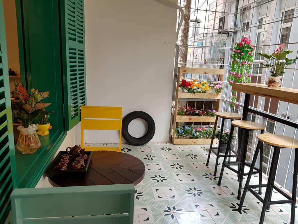 Ban công rộng rãi được trang bị bàn ghế giúp khách thư giãn và ngắm nhìn phố xá