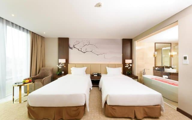 Thiết kế giường đôi cùng không gian phòng tắm lãng mạn
