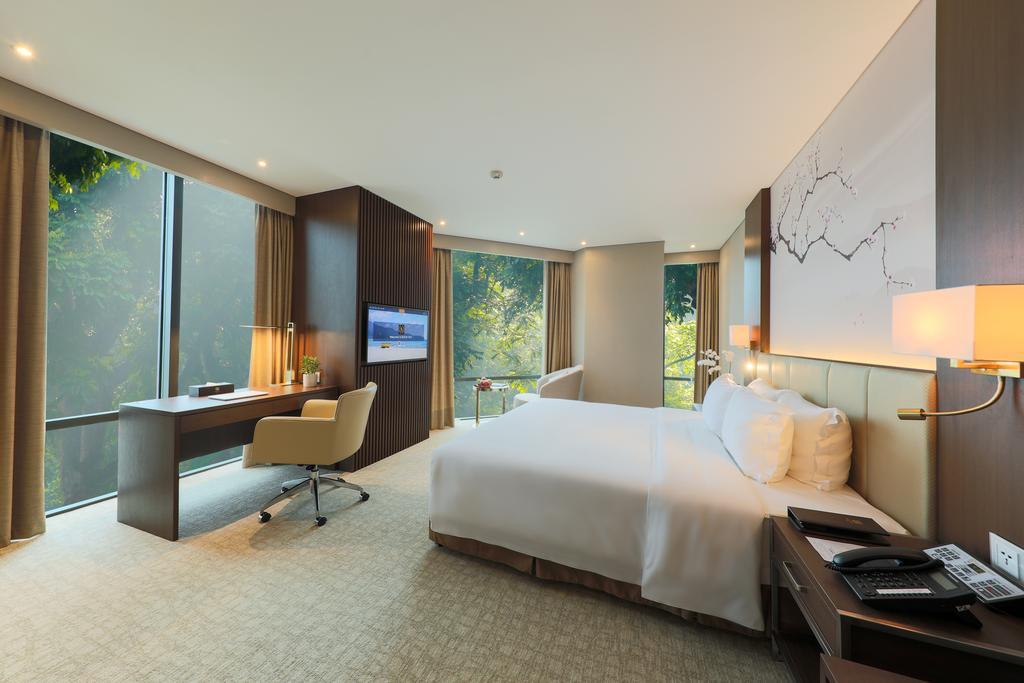 Phòng nghỉ với thiết kế trang nhã và khung cửa kính có tầm nhìn rộng