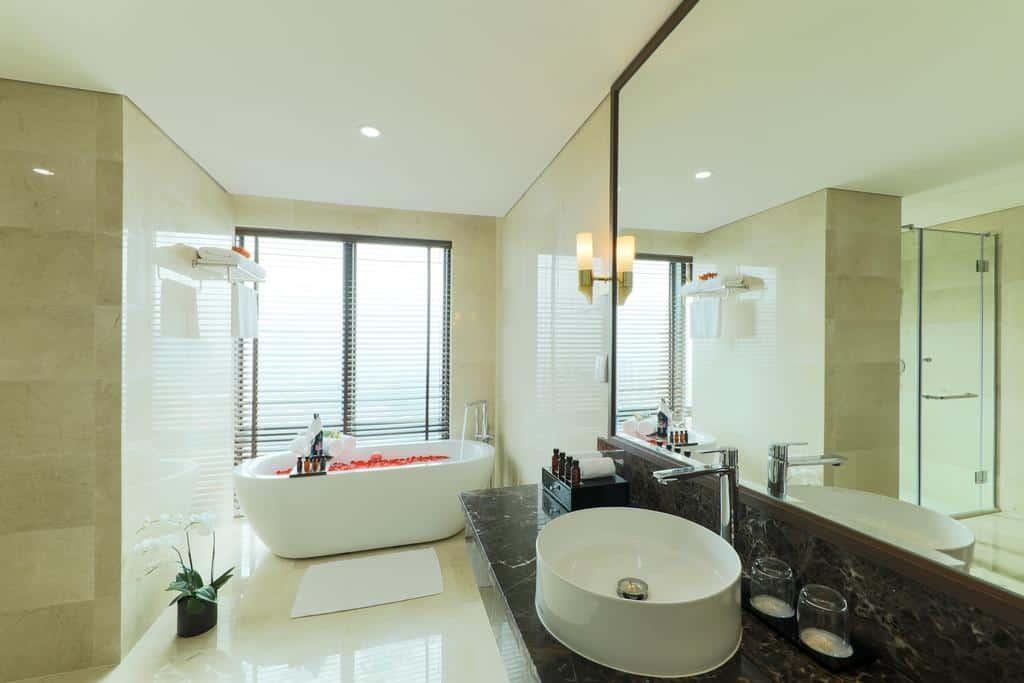 Phòng tắm với các thiết bị hiện đại để giúp du khách thư giãn