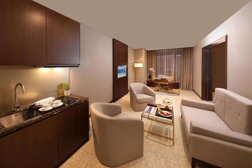 Phòng khách và phòng bếp riêng ở ngay trong phòng nghỉ giúp du khách có không gian như ở nhà nhưng đẳng cấp và sang trọng hơn