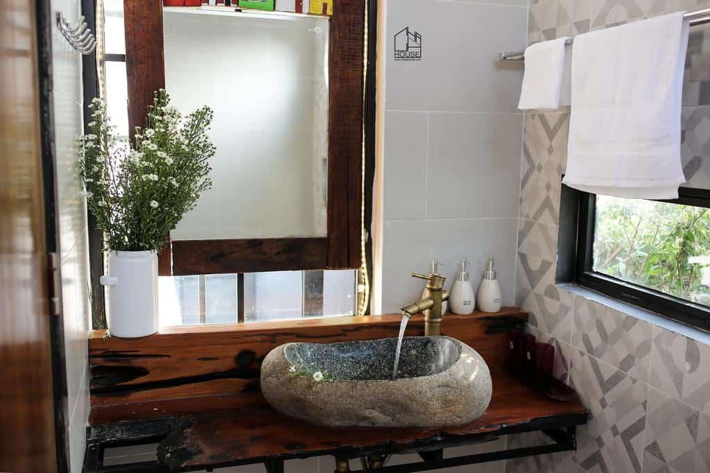 Thiết kế bể và vòi nước của phòng tắm cũng được chăm chút