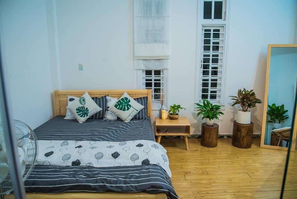 Phòng nghỉ được thiết kế ấm áp, rộng rãi với nhiều chậu cây trang trí