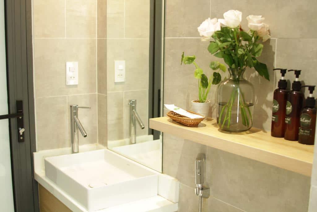 Cây và hoa có mặt ở khắp mọi nơi kể cả phòng tắm giúp du khách tận hưởng thư giãn
