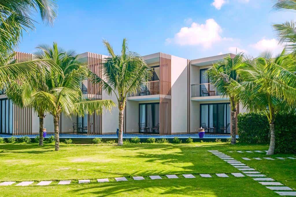 Không gian xanh mát bên trong resort giúp du khách thoải mái tận hưởng kỳ nghỉ của mình