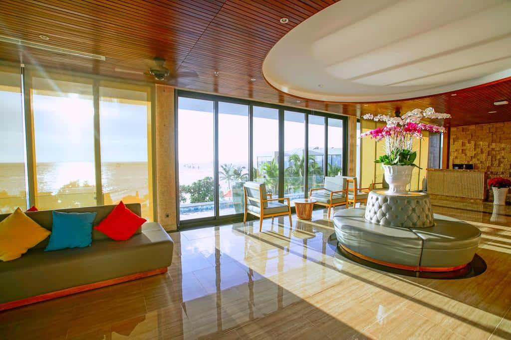 Khu sảnh chờ với thiết kế hiện đại, khung cửa kính giúp đón trọn ánh sáng tự nhiên