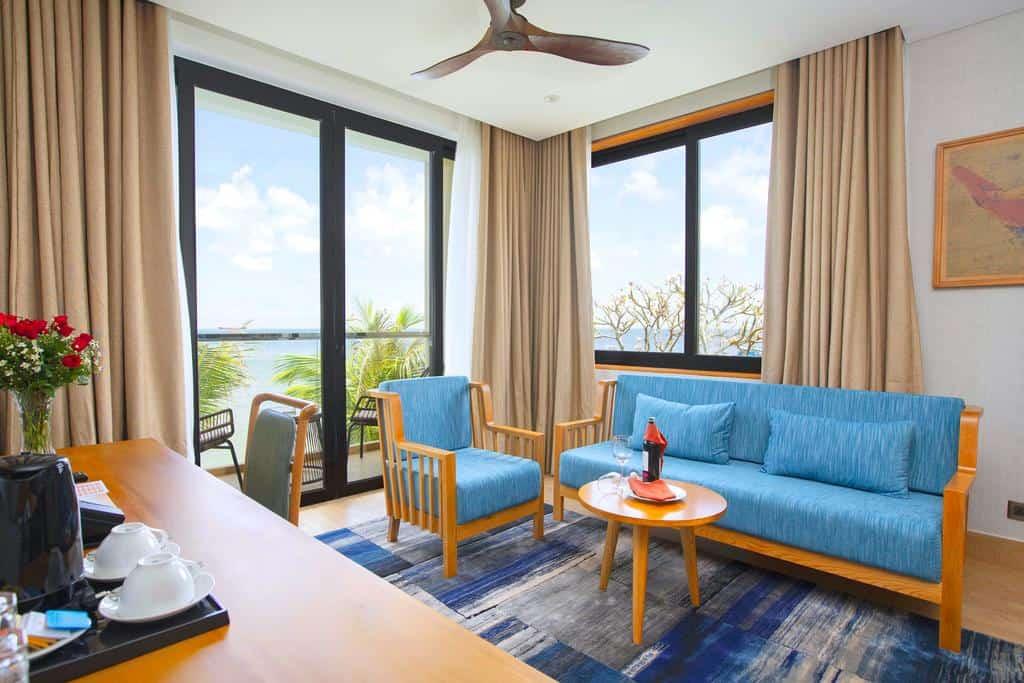 Phòng căn hộ với phòng khách và phòng ngủ riêng biệt, kèm ban công riêng giúp du khách tận hưởng hương vị và cảnh sắc biển cả