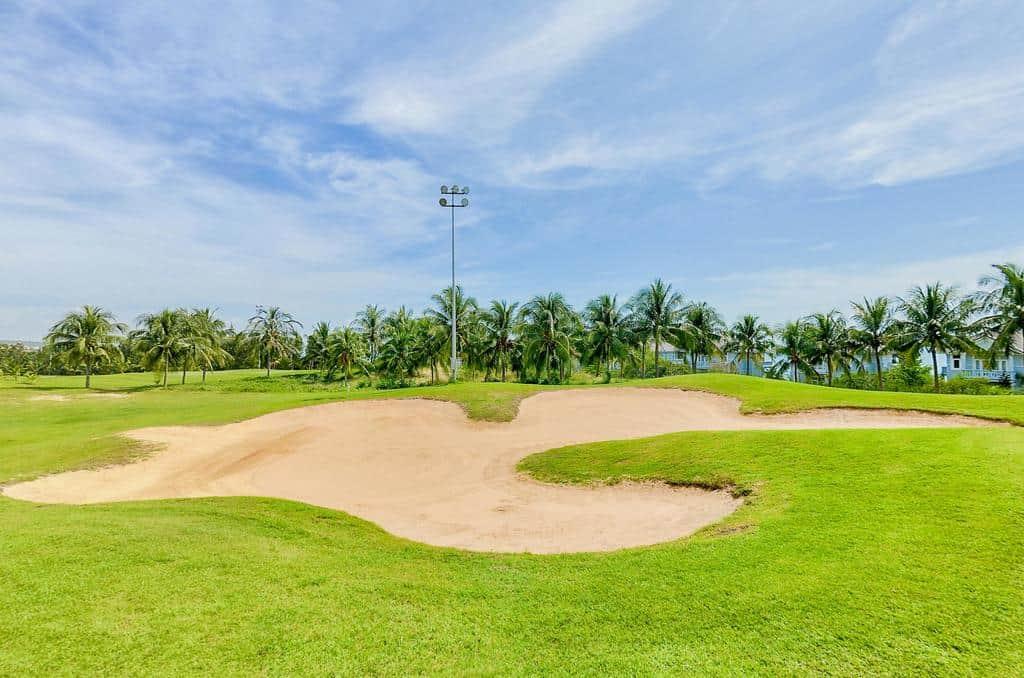 Sân golf 18 lỗ có diện tích rộng và khuôn viên hiện đại