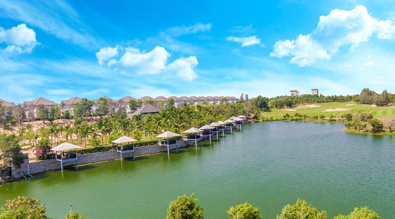 Những chòi câu cá nằm dọc hồ nước được xây dựng tạo không gian riêng tư cho mỗi du khách