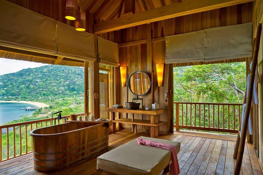 Phòng tắm lộ thiên giúp du khách có thể tận hưởng cảnh quan xinh đẹp của biển cả