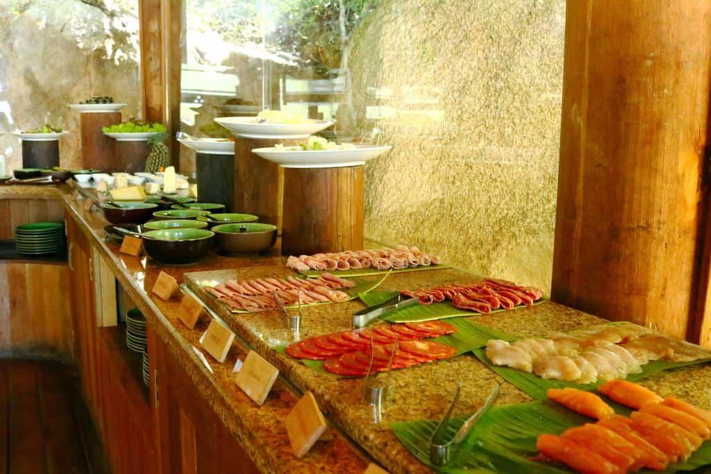 Những món hải sản tươi ngon được chế biến tinh tế luôn sẵn sàng phục vụ du khách
