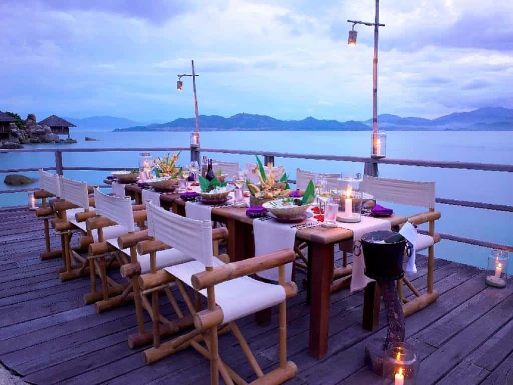 Những bữa ăn lãng mạn trên biển giúp du khách thưởng thức ẩm thực lẫn phong cảnh
