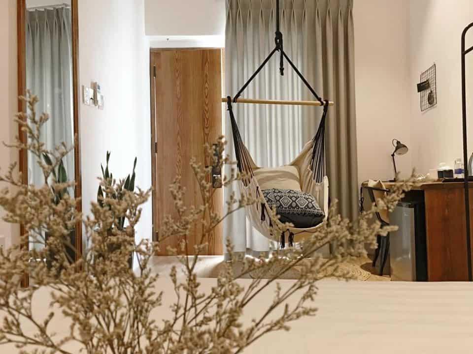 """Mỗi phòng còn được bố trí một chiếc võng để bạn tự do """"sống ảo"""". Hình: The Hut Boutique Hotel - Notre Dame"""