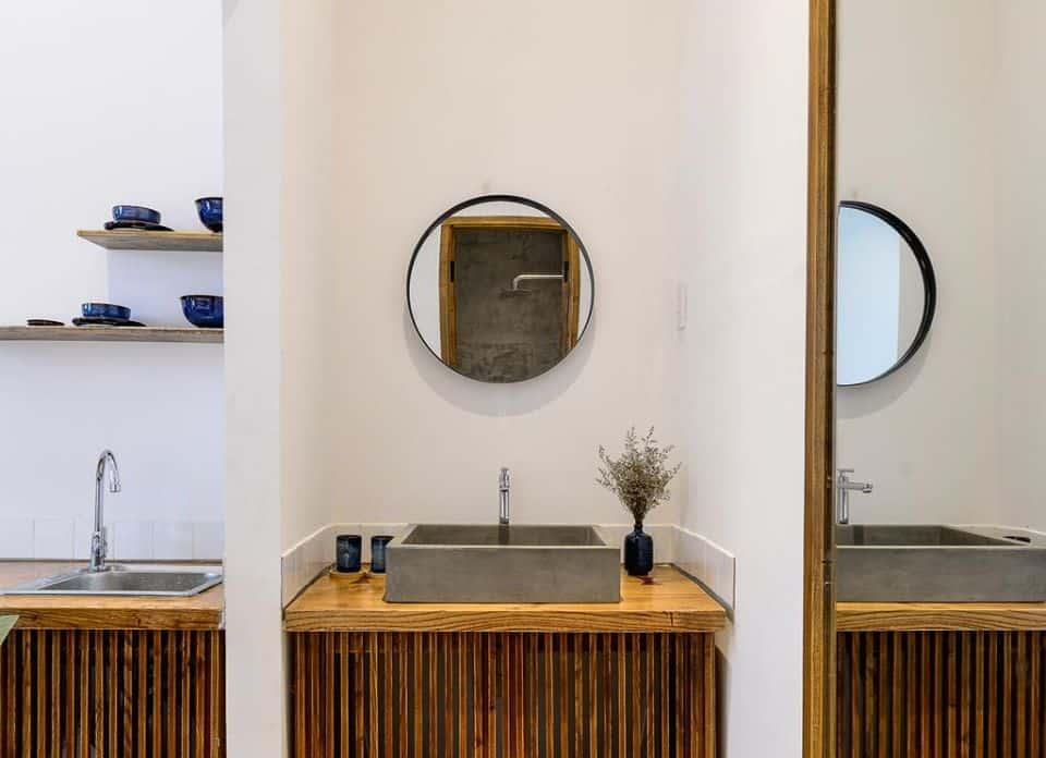Nội thất đều sử dụng các tông màu chủ đạo trắng pha với nâu đậm của gỗ. Hình: The Hut Boutique Hotel - Notre Dame