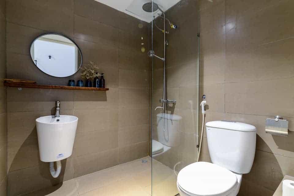 Phòng vệ sinh rộng rãi, sạch sẽ. Hình: The Hut Boutique Hotel - Notre Dame