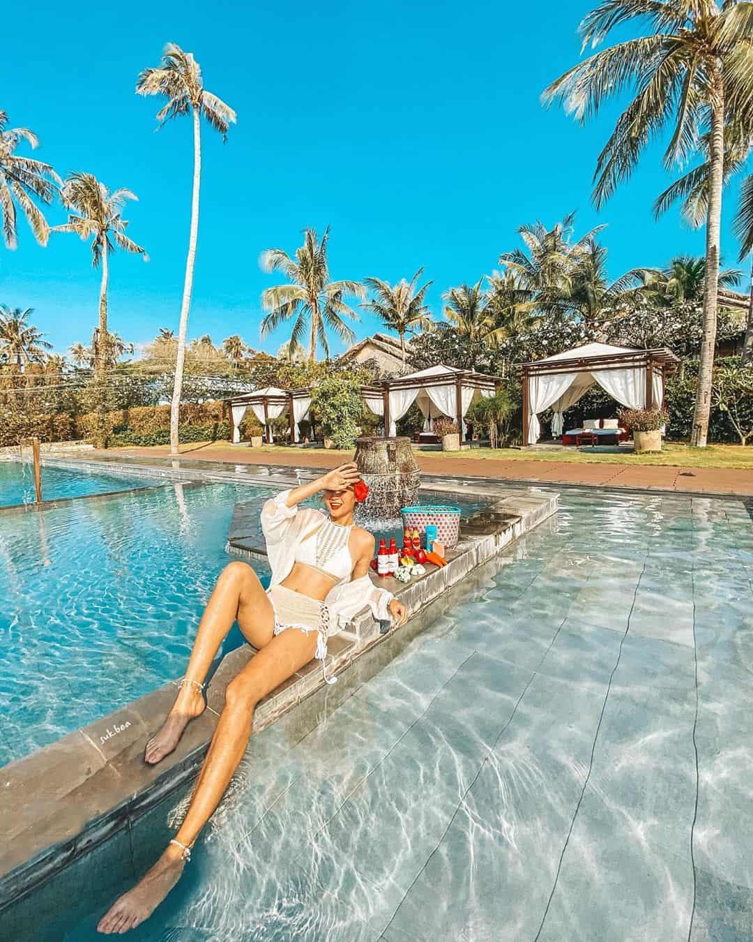 Hồ bơi ngoài trời của Aroma Resort. Hình: Instagram @suk.bea