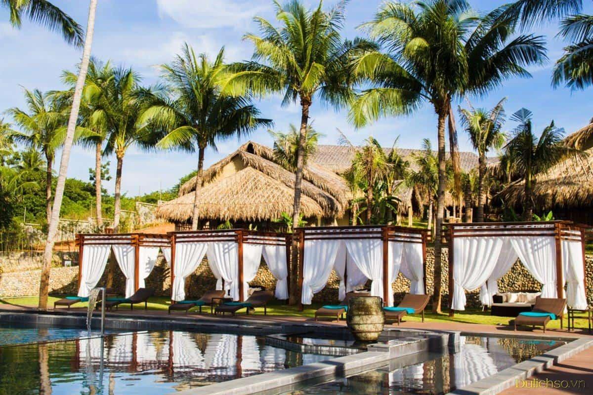 Dọc khu hồ bơi là hệ thống canavas lãng mạn. Hình: Aroma Beach Resort & Spa