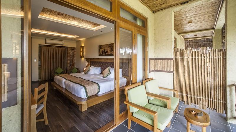 Ban công thoáng đãng của mỗi phòng. Hình: Aroma Beach Resort & Spa