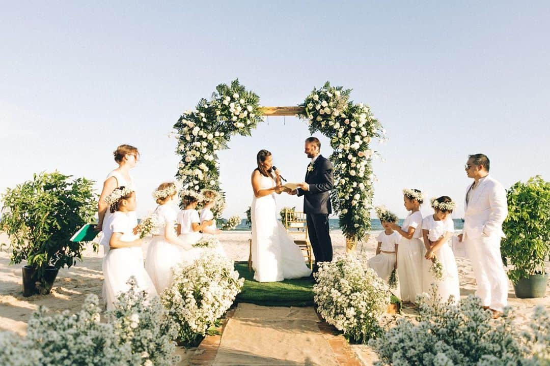Tiệc cưới lãng mạn ngoài trời, bên bãi biển của resort. Hình: Instagram @indiephotography.vn