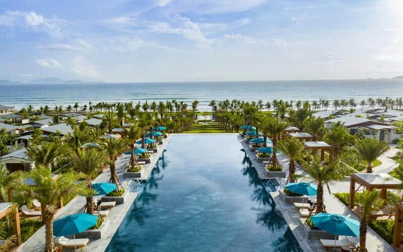 Hồ bơi vô cực với view đẹp tại Radisson Blu Resort Cam Ranh