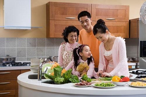 Nấu ăn và tâm sự nhiều hơn với các thành viên trong nhà