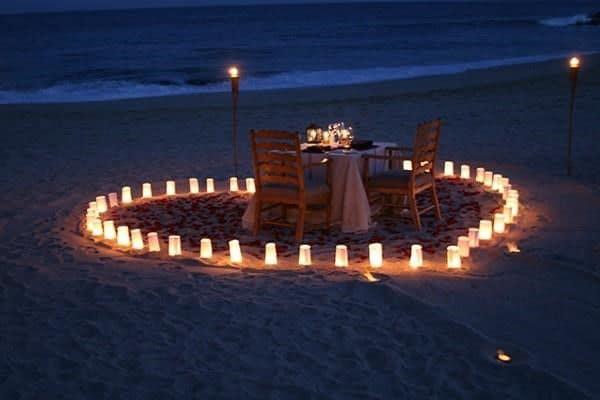 Cắm trại trên bãi biển với không gian riêng tư vắng vẻ dưới ánh đèn lung linh dưới màn đêm lãng mạn